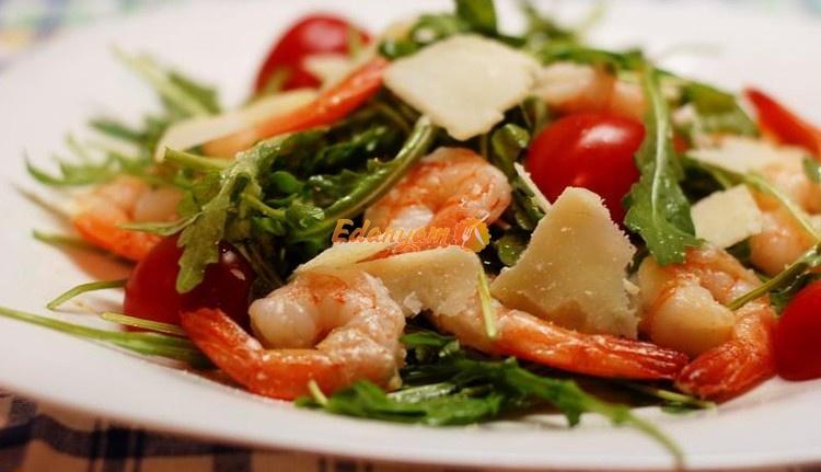 как приготовить салат с креветками и руолой